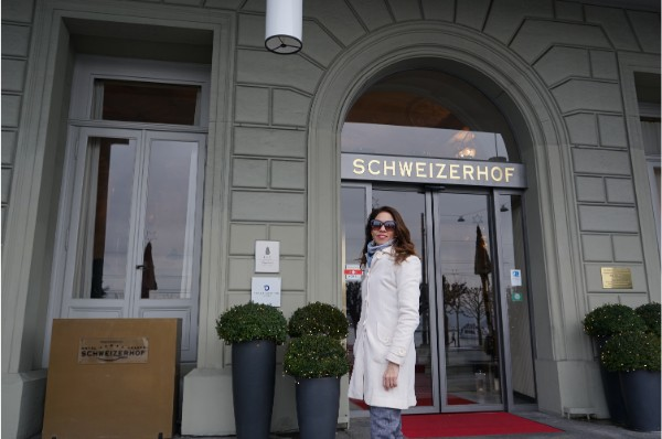 Jornalista Adriana Reis na entrada do hotel - ©oqvpm ®