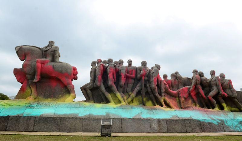 São Paulo - O Monumento às Bandeiras, localizado na entrada do Parque do Ibirapuera, amanheceu pixado com tinta colorida. (Rovena Rosa/Agência Brasil)