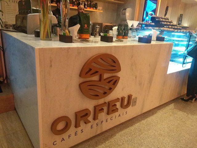 O ambiente conta com o Café Orfeu, que se destaca com corner no lobby