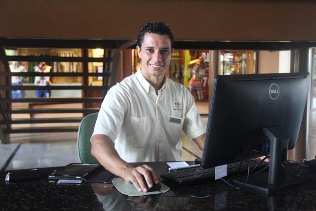 Marco prepara um trabalho acadêmico tendo como base o estudo do Porto de Galinhas Conventions Bureau (Crédito: Paulo Atzingen)