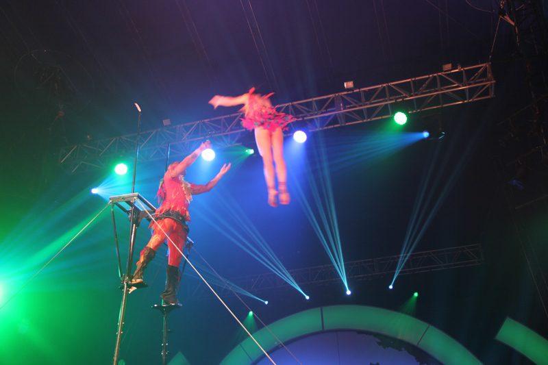 a moça é jogada para o vazio... dá um giro espetacular no alto e cai nos braços do jovem acrobata...para alívio da plateia...(Crédito: DT)