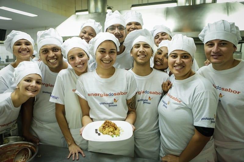 Jovens de comunidades de Niterói e São Gonçalo (RJ) viram cozinheiros internacionais