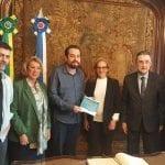 Candidato do PSOL, Guilherme Boulos, recebe documento com propostas para o turismo