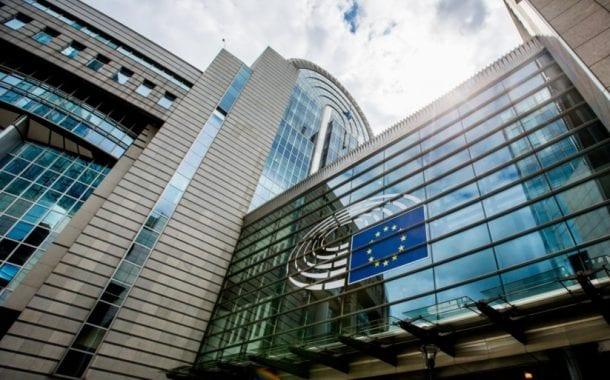 UE aprova exigência de permissão a viajantes de Brasil e 61 países