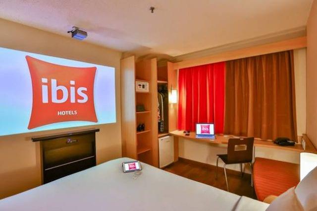 Ibis lança quarto com experiência tecnológica
