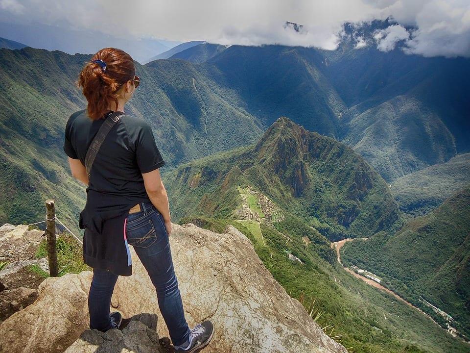 Agente de viagem apresenta cinco dicas para mulheres que desejam viajar sozinhas