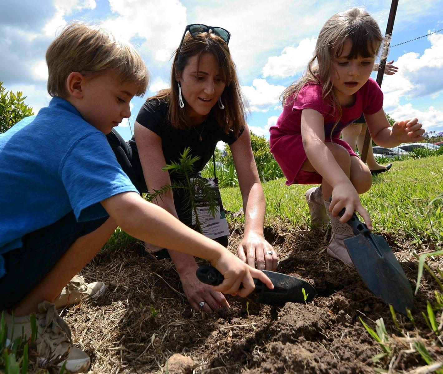 Gisele Abrahão recebe homenagem com o Plantio da Árvore da Integração