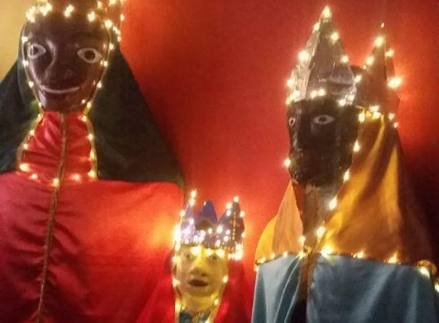 Cortejo com bonecos gigantes integra o espetáculo Natal Iluminado no centro de São Paulo