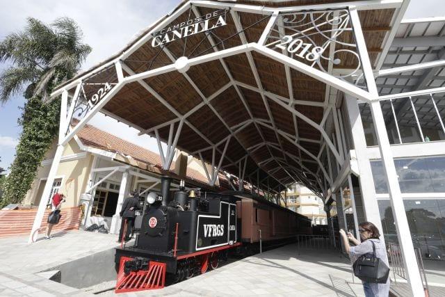 Locomotiva retorna à estação de Canela com recepção de autoridades e estudantes