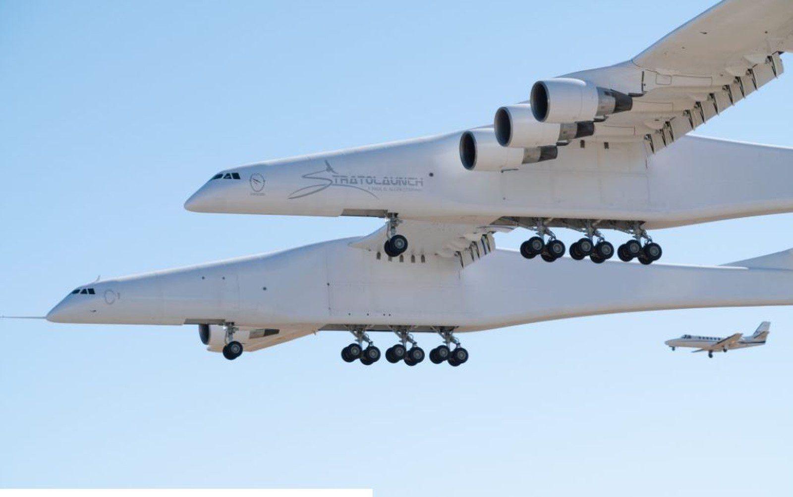 Maior avião do mundo em envergadura faz testes no deserto de Mojave, na Califória (EUA)