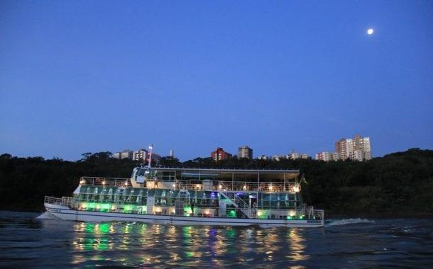 Na tríplice fronteira, passeio do barco Kattamaram II revela o encontro das águas dos rios Iguaçu e Paraná