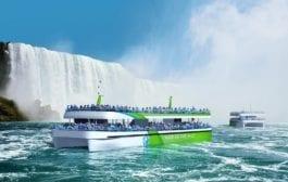 Turistas visitam Cataratas do Niágara em navios elétricos