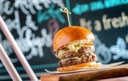 B/SIDE, restaurante que mescla hambúrgueres e bowls, chega a Curitiba
